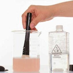 """""""Chăm sóc phù thủy makeup"""" với nước rửa cọ 3CE NEW BRUSH CLEANSER."""